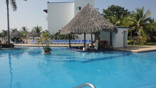 Hotel Playa Blanca Beach Resort:                   piscina #2 y bar humedo