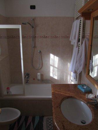 Hotel Alpi & Golf: Ampio bagno