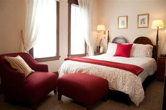 """Homestead House: """"Red Room"""" with Queen size bed + private Bathroom"""
