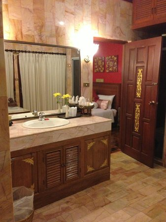 Viva Vacation Resort:                   Huge bathroom