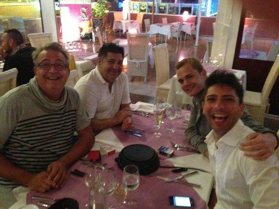 Parrots Restaurant:                   Luego de compartir Fondue con Angel, Ricky y Joaquin!!