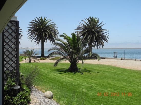 Protea Hotel by Marriott Walvis Bay Pelican Bay:                   Blick von der eigenen Terrasse auf die Lagune