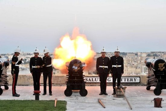 Saluting Battery : Noon Day Gun firing