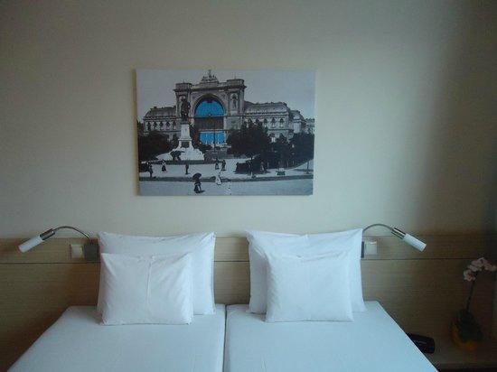 Bo18 Hotel Superior:                   Bel quadro sopra il letto