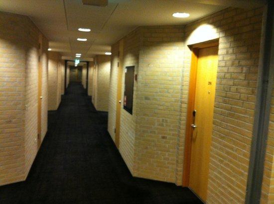 Hotel Opus Horsens:                   Gang areal værelser