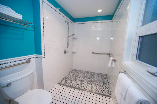 Hume Hotel & Spa: Handicap Accessible Bathroom