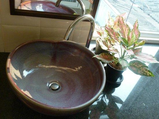 Baan Dinso @ Ratchadamnoen :                   sink in ladys bathroom
