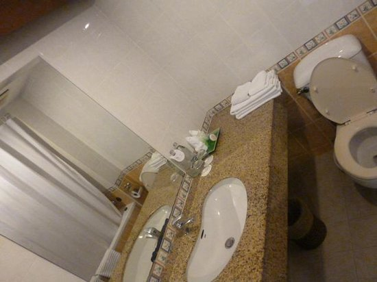 Grand Hotel Pattaya:                   The bathroom