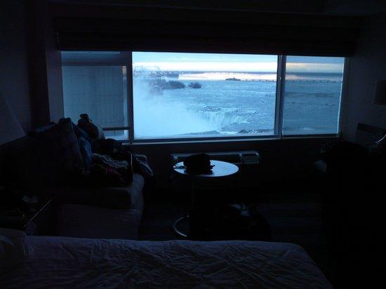 Radisson Hotel & Suites Fallsview: Chambre vue chute - février 2013