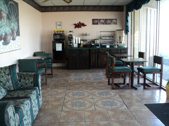 Relax Inn and Suites: Breakfast Area