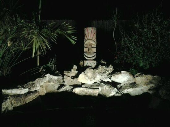 Kona Kai Motel: Tiki statue in front of water pond in progress..