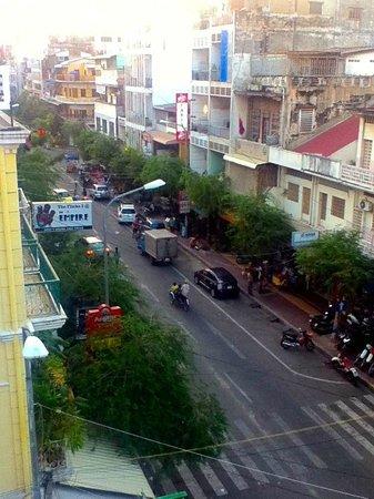 Indochine 2 Hotel & Restaurant:                   straße führt zu einem kleinen markt