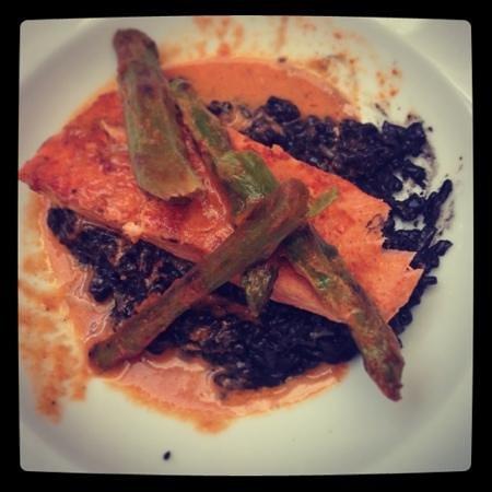 Gato Pardo:                   salmón con risotto y espárragos, de lujo