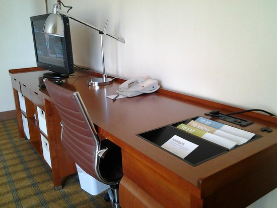 Four Points by Sheraton Los Angeles International Airport:                   04 Desk of room 735 LAX 4 Pts