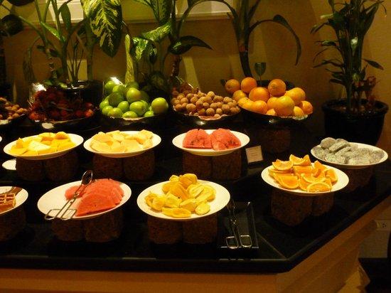 Sofitel Angkor Phokeethra Golf and Spa Resort:                   Delicious fruit spread at the wonderful breakfast buffet