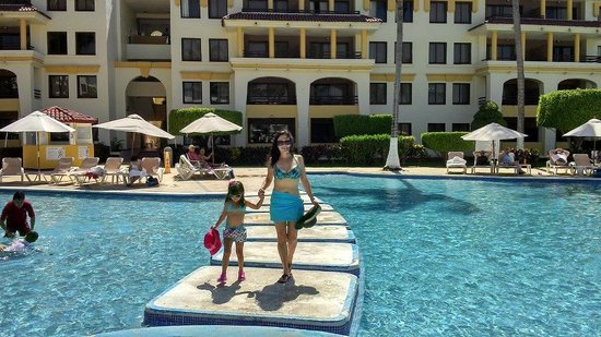 Samba Vallarta All Inclusive:                                                       Mi hija Renata y yo caminando por la alber