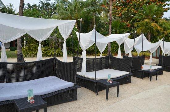 Shangri-La Hotel, Chiang Mai:                   sunbeds