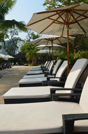 Shangri-La Hotel, Chiang Mai:                   Sun loungers around pool