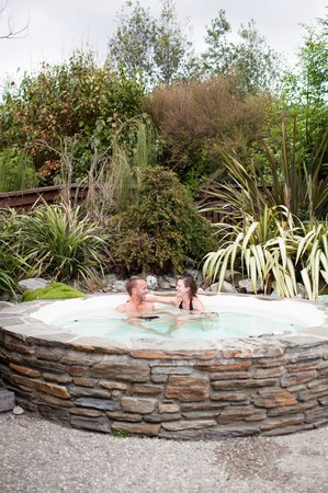 Wanaka Homestead Lodge and Cottages: Hot tub by day