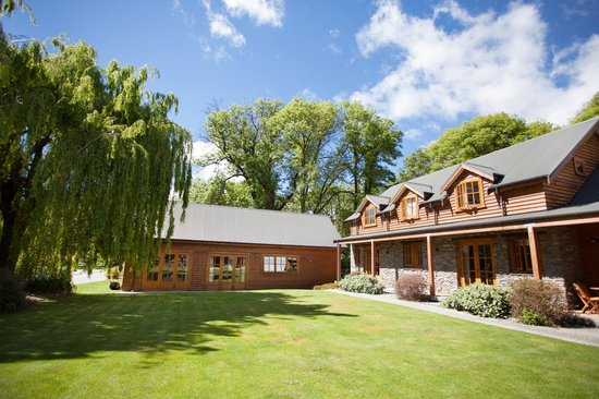Wanaka Homestead Lodge and Cottages: Lismore Cottage, right Lodge