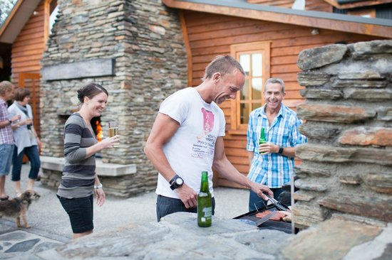 Wanaka Homestead Lodge and Cottages: Guests enjoying outdoor BBQ