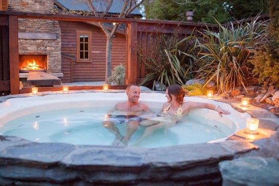 Wanaka Homestead Lodge and Cottages : Guests enjoying hot tub