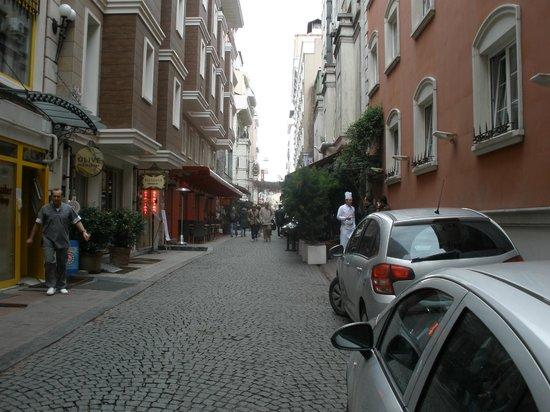 هوتل سولطانيا - بوتيك كلاس: The road where located the Hotel