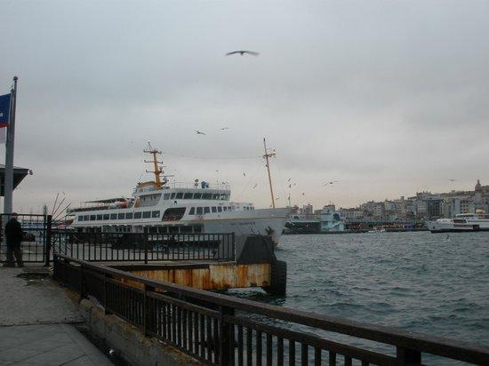 هوتل سولطانيا - بوتيك كلاس: Ship crossing Bosporos and behide Galata bridge