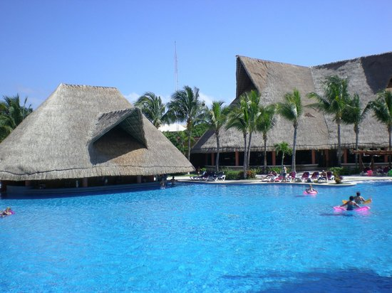 Barcelo Maya Tropical:                   Pool Bar