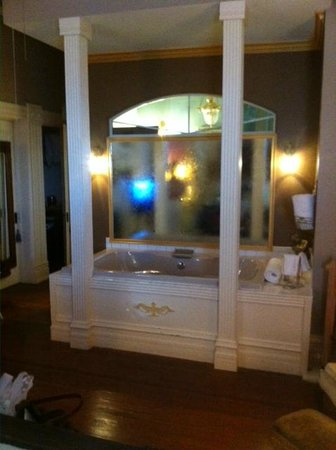 1890 Williams House Inn:                   Jacuzzi Tub in West Chamber