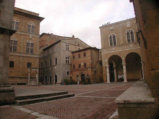 Tenuta Santo Pietro:                   Pienza town square