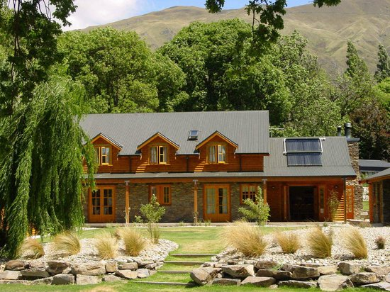 Wanaka Homestead Lodge and Cottages: Lodge from park