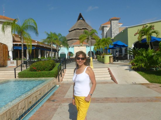 Sandos Playacar Beach Resort:                   Meeting Point al fondo