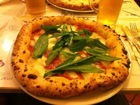 Antica Pizzeria dell'Angelo:                   Pizza Vesuvio con cornicione ripieno di ricotta