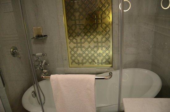 Pera Palace Hotel, Jumeirah: Bathroom