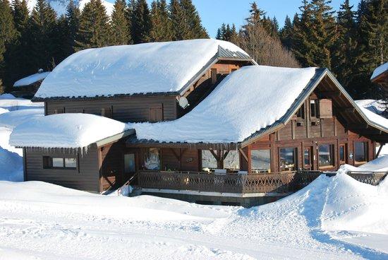 Chalet Sous le Jora : Arrivée skis aux pieds sur la terrasse
