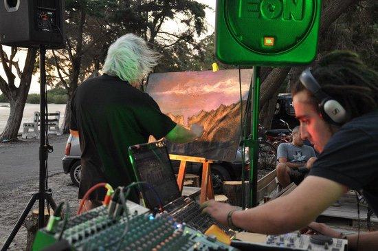 Playa Ferrando:                   musica, arte y sol