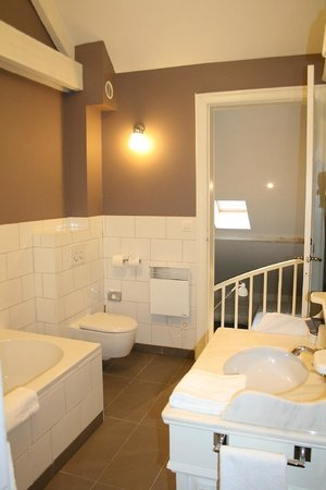 Made in Louise:                   salle de bain de la 65                 
