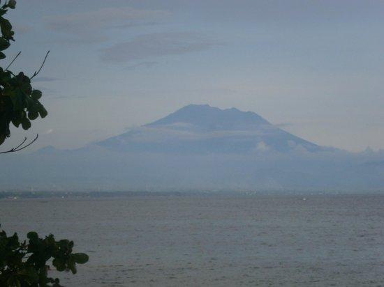 Peneeda View Beach Hotel: Mt Agung early AM