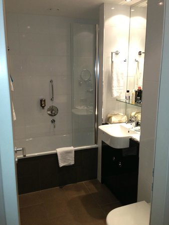 Adina Apartment Hotel Berlin Checkpoint Charlie:                                     Bathroom (had washing machine/dryer too)