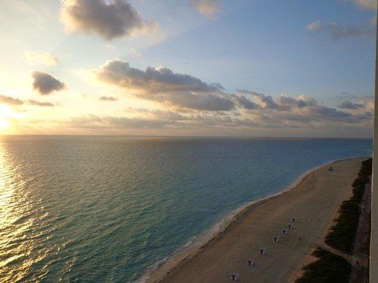 Deauville Beach Resort:                   Amanecer desde el balcon