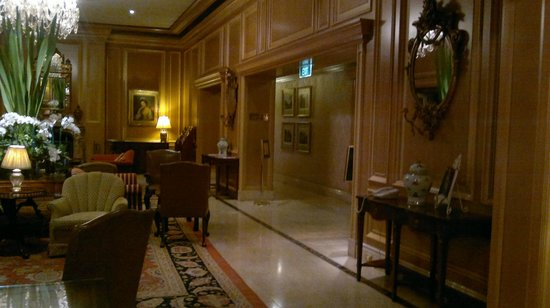 Sir Stamford at Circular Quay Hotel Sydney:                   Sitting room leading into foyer