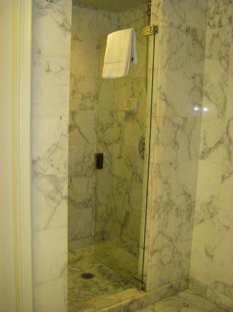 Sir Stamford at Circular Quay Hotel Sydney:                   separate shower recess