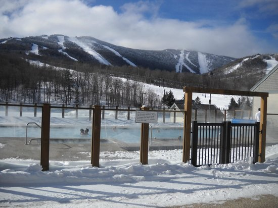 Killington Grand Resort Hotel: Outdoor pool and view to the slopes