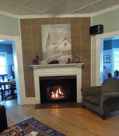 2 Village Square Inn Ogunquit:                   View of sitting room with fire