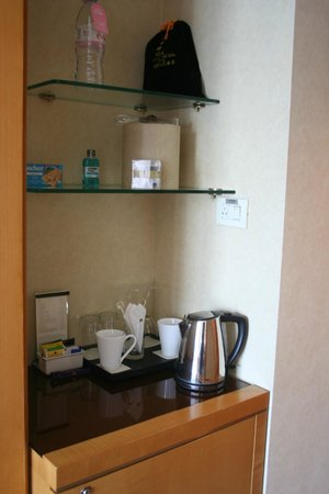 Regal International East Asia Hotel: tee and coffee area in room