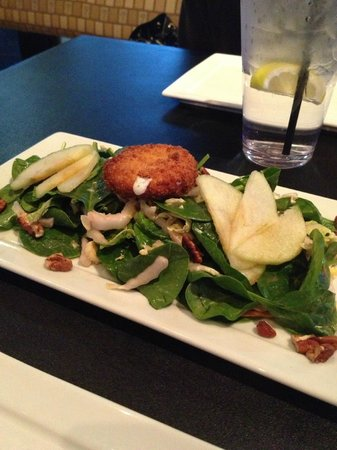 Bomboras Grille & Chill Bar : Arugula (spinach) salad with fried goat cheese