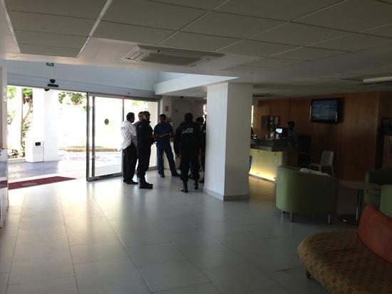 Hotel Ramada Cancun City:                   наряд полиции прибыл по делу об ограблении
