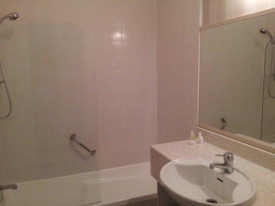Wairakei Resort Taupo:                   bathroom                 