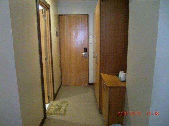 Fuente Oro Business Suites: entrance door